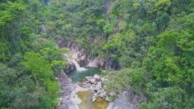 Трутень двигает к ущелью с малым водопадом среди ландшафта