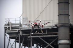 Трутень летает около индустрии Стоковая Фотография
