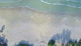 Трутень летает от ладоней на побережье Sandy к голубому прибою моря видеоматериал
