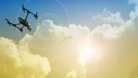 Трутень летает для того чтобы снять птиц летая в небо Стоковое фото RF