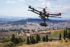 Трутень летания в небесах Тосканы Стоковые Изображения RF
