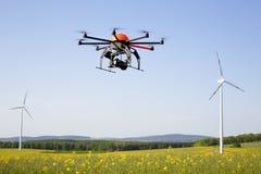Трутень летания в поле Стоковое Изображение RF