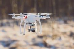 Трутень летания с камерой, сценой зимы стоковое фото rf