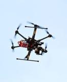 Трутень летания с установленной камерой стоковое изображение rf