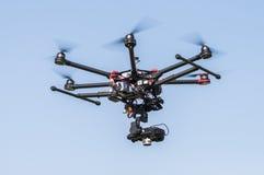 Трутень летая высоко в небо Стоковые Фото