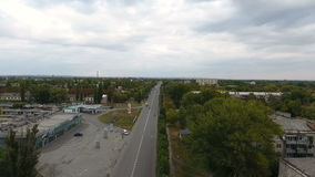 Трутень летая над шоссе акции видеоматериалы