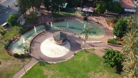 Трутень летает над красивым газебо в парке видеоматериал