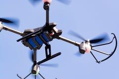 Трутень летания вертолета квада в голубом небе Стоковые Изображения