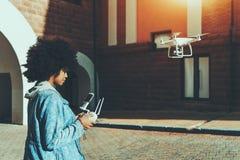 Трутень летания трутня черной девушки работая Стоковое Фото