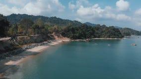 Трутень летая вдоль песчаного пляжа с высокой скалой Langkawi, Малайзия акции видеоматериалы