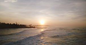 Трутень летая вперед над былинной береговой линией океана захода солнца Изумительная воздушная панорама волн достигая тропический акции видеоматериалы