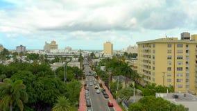 Трутень поднимая для того чтобы показать улицу в Miami Beach с пальмами и жилыми домами акции видеоматериалы
