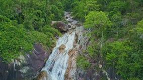 Трутень показывает заводь и каскад бежать в озеро среди джунглей