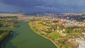 Трутень показывает панорамному взгляду славное озеро среди города против неба видеоматериал