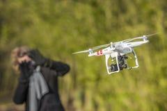 Трутень пугает летание женщины вокруг ее Стоковое фото RF
