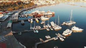 Трутень снятый залива Марины города с кораблями, шлюпками и яхтами около пристани моря в городе Кипра paphos перед заходом солнца сток-видео