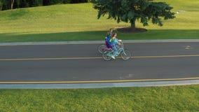 Трутень снятый лесбосских пар велосипед outdoors видеоматериал