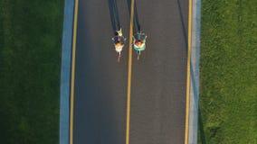 Трутень снятый пар гея велосипед вдоль пути велосипеда сток-видео