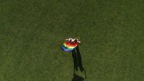 Трутень снятый пар гея с порхая флагом lgbt акции видеоматериалы
