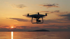 Трутень с летанием в небе захода солнца акции видеоматериалы
