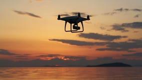 Трутень с летанием в небе захода солнца видеоматериал
