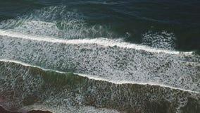Трутень 4k вида с воздуха снял волн ломает на пляже песка акции видеоматериалы