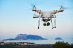 Трутень Uav с цифровой фотокамера завишет остров моря Стоковые Изображения