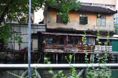Трущоба и бедность в улицах Бангкока стоковая фотография
