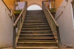 Трущоба и рахитичная деревянная лестница в старом доме Стоковые Фото