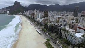 Трущоба пляжа и Vidigal Leblon на заднем плане, Рио-де-Жанейро Бразилия пасмурный день видеоматериал
