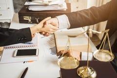 Трудная работа азиатского юриста в офисе юриста стоковая фотография rf