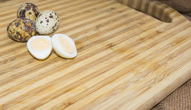 Трудные кипеть половины яичка триперсток с раковинами яичка на деревянной доске, сфотографированной с фокусом естественного света Стоковые Фото
