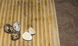Трудные кипеть половины яичка триперсток с раковинами яичка на деревянной доске, сфотографированной с фокусом естественного света Стоковое Изображение RF