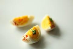 Трудные куски вареного яйца в белой плите Стоковое фото RF
