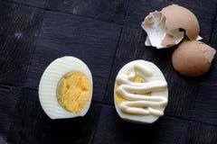 Трудные половины вареного яйца с верхней частью ландшафта майонеза Стоковая Фотография