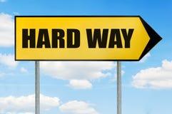 Трудный знак пути - желтый дорожный знак при стрелка указывая справедливо Стоковые Изображения
