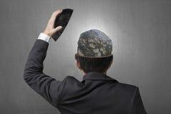 Трудный камень предусматриванный с линиями внутри головы бизнесмена в сером co Стоковые Изображения