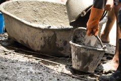 Трудовой лить цемент для пола строения нового для дома реновации Стоковая Фотография RF