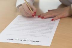 Трудовой договор непознаваемой женщины подписывая Стоковая Фотография RF