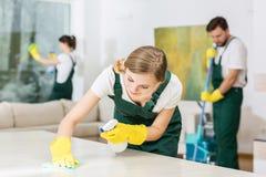 Трудолюбивая маленькая девочка как уборщик стоковое изображение rf