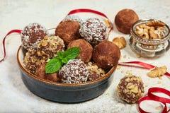 трюфеля шоколада вкусные Печенье испечет в форме шариков стоковые изображения rf