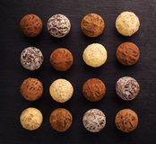 Трюфель шоколада, конфеты шоколада трюфеля с бурым порохом Домодельные свежие шарики энергии с шоколадом Трюфеля сортированные гу Стоковые Изображения