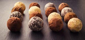 Трюфель шоколада, конфеты шоколада трюфеля с бурым порохом CH Стоковое Изображение RF