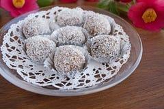 Трюфеля снежного кома отбензинивания шоколада и кокоса Стоковая Фотография