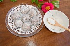 Трюфеля снежного кома отбензинивания шоколада и кокоса Стоковое Изображение