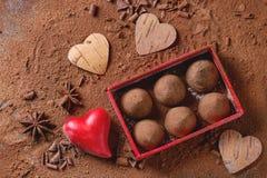 Трюфеля шоколада с сердцами ` s валентинки Стоковые Изображения