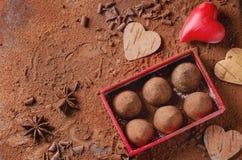Трюфеля шоколада с сердцами ` s валентинки Стоковые Фото