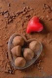 Трюфеля шоколада с сердцами ` s валентинки Стоковые Фотографии RF