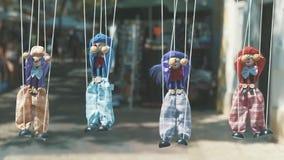 Тряпичные куклы висят в ряд на веревочке сток-видео