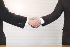 Трясти руки бизнесмена Стоковое Фото